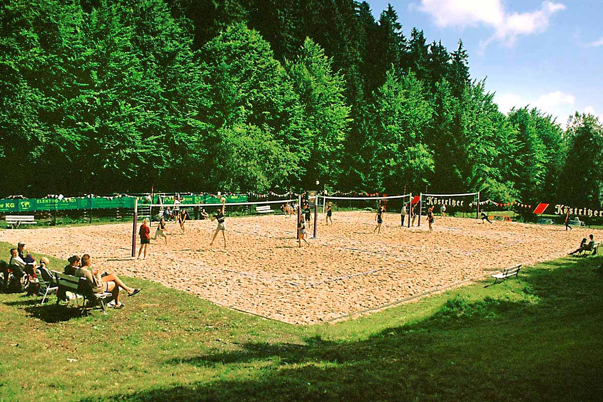 Beach-Volleyball im Waldbad